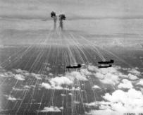 Zero giapponesi sganciano bombe al fosforo bianco su B-24 bombardieri, Iwo Jima, 1945