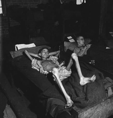 """Joe Demler, 19 anni, prigioniero americano soprannominato """"Scheletro Umano"""", che pesava 70 chili, 1945"""