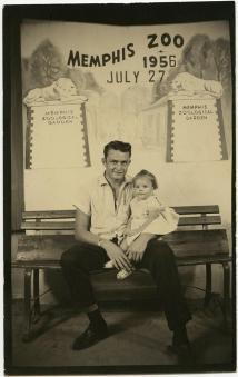 Johnny Cash con la figlia Rosanne allo zoo di Memphis 1956