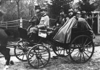 Kaiser Guglielmo II di Germania a cavallo per le strade di Berlino con lo Zar Nicola II di Russia nel 1900