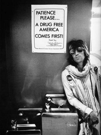 Keith Richards in attesa di passare la dogana degli Stati Uniti a Seattle durante il Rolling Stones Tour nel 1972