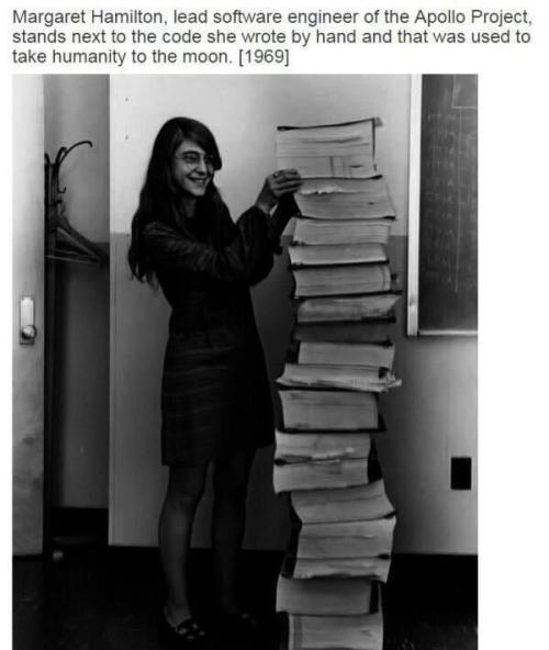 Margaret Hamilton, ingegnere del software principale del Progetto Apollo, si trova accanto al codice che ha scritto a mano e che è stato utilizzato per mandare l'umanità sulla luna, 1969