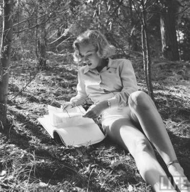 Marilyn Monroe legge un libro, 1950