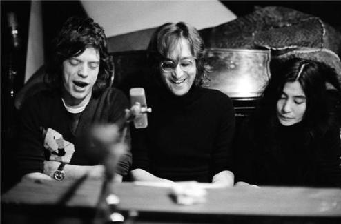Mick Jagger, John Lennon e Yoko Ono. Foto di Bob Gruen, 1972