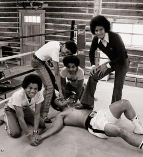 Muhammad Ali con 4 dei The Jackson 5, 1977