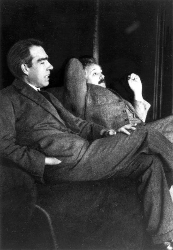 Niels Bohr e Albert Einstein al Bohr-Einstein dibattiti su meccanica quantistica