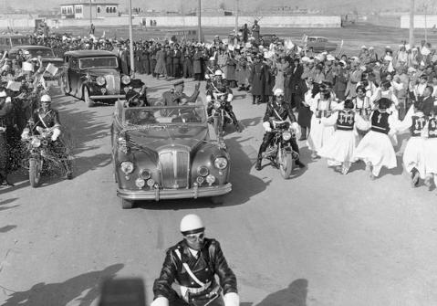 Il presidente Dwight Eisenhower guida a Kabul, in Afghanistan, una limousine open-top 1959
