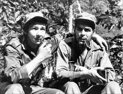 Raúl Castro, con il braccio intorno a Che Guevara, nella loro roccaforte Sierra de Cristal Mountain a Cuba, 1958