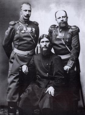 Rasputin, il maggiore generale e il colonnello Putyatin Lotman, 1904. Foto di Karl Bulla