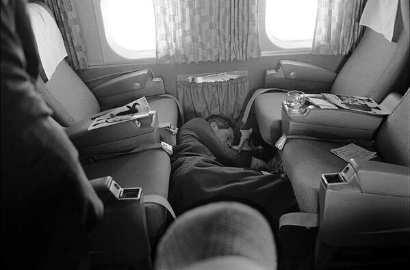 Robert F. Kennedy dorme sul pavimento di un aereo durante la sua campagna presidenziale del 1968