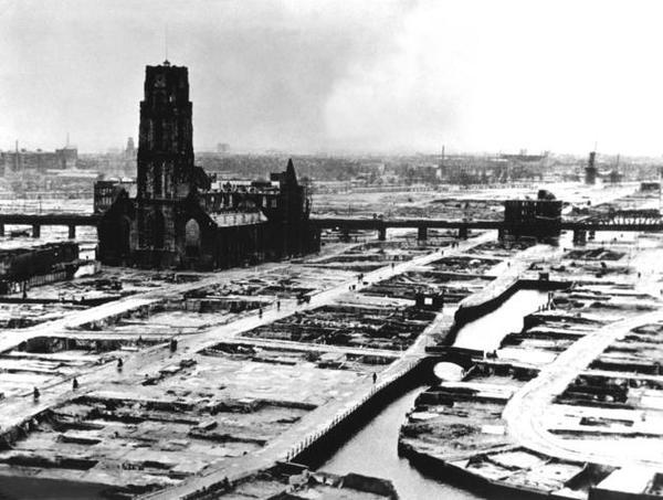 Rotterdam dopo un bombardamento, 1940. Scatto effettuato dopo la rimozione dei detriti