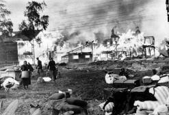 Uomini e donne russe salvano roba dalle loro case in fiamme, ottobre 1941