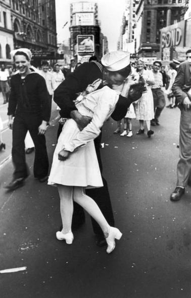 Marinaio bacia un'infermiera a Times Square, 1945