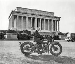 Sally Halterman: la prima donna a cui è stata concessa la patente per la moto nel Distretto di Columbia. 1937