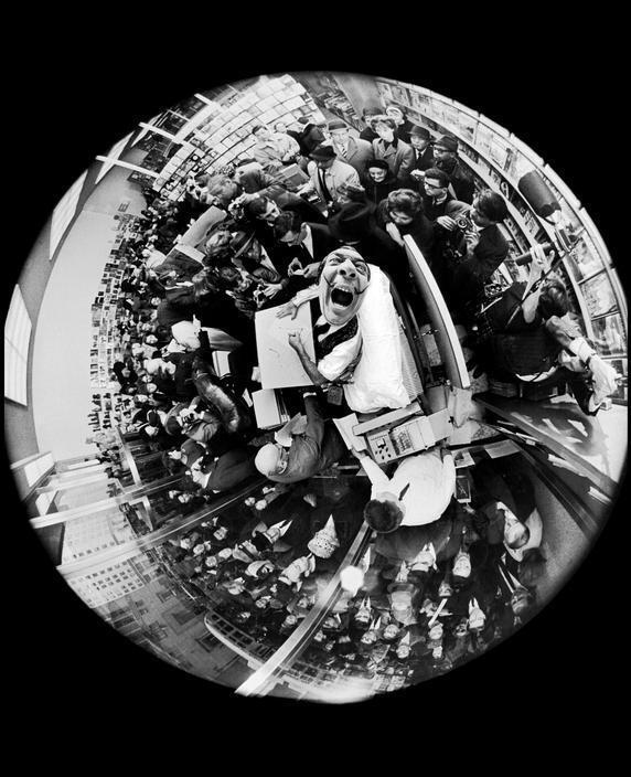 alvador Dalì firma autografi alla presentazione di in un libro, foto scattata con un obiettivo fish-eye, di Philippe Halsman, 1963