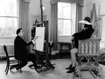 Salvador Dali dipinge Laurence Olivier come Riccardo III, 1955