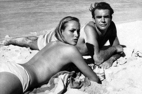 """Sean Connery e Ursula Andress sul set di """"Agente 007 - Licenza di uccidere"""""""