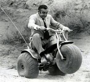 Sean Connery impenna su una minimoto a tre ruote durante le riprese di Diamonds Are Forever,1971