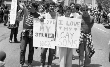Figli marciano con la mamma durante il Gay Pride nel 1970