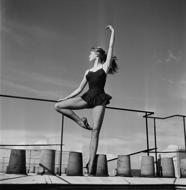 Brigitte Bardot a 18 anni che balla su un tetto