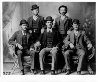 Sundance Kid (in basso a sinistra), Butch Cassidy (in basso a destra), e la Wild Bunch. Fort Worth, Texas, 1900