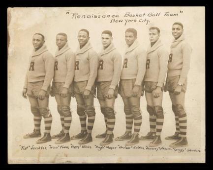 Il New York Rens, la prima squadra all-black di basket professionale di proprietà afroamericana, formata ad Harlem nel 1923