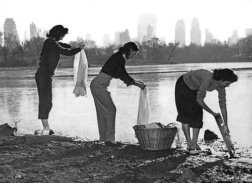 Tre giovani donne lavano i vestiti in Central Park nel corso di una carenza d'acqua. Di New York, 1949