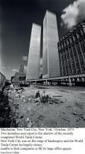 Due senzatetto accovacciati all'ombra dell'appena completato World Trade Center, ottobre 1975
