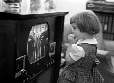 Bambina guarda i Beatles all'Ed Sullivan Show. (9 febbraio 1964)