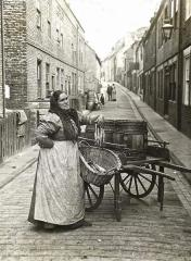 Donna che vende pesce, c. 1910, Londra