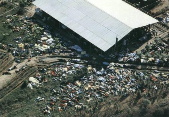 912 seguaci della setta di Jim Jones giacciono morti nel suicidio di gruppo nella Guyana britannica, 1978