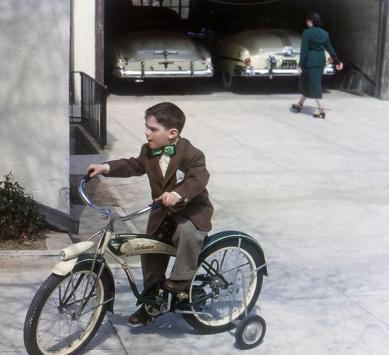Un bambino sulla sua bicicletta Schwinn, 1952