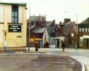 Uno specialista dell'esercito artificieri britannico si avvicina a un veicolo sospetto in Irlanda del Nord, 1970