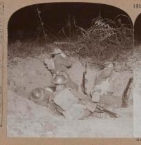 Un luogo d'ascolto britannico in un cratere di terra di essuno del vicino Lagnicourt, 1917