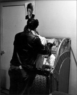 Una coppia di piccioncini si bacia davanti al jukebox, '66