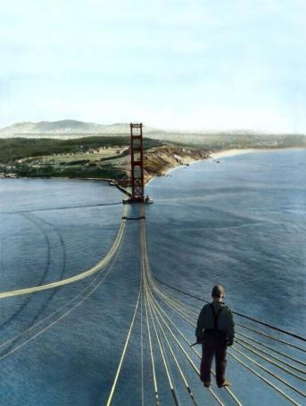 Un operaio senza paura in piedi sul Golden Gate Bridge in costruzione, 1935
