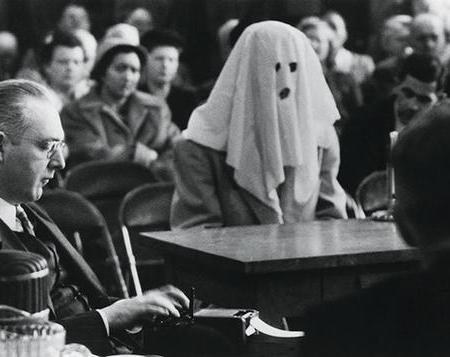 Un testimone incappucciato testimonia in tribunale contro il traffico di stupefacenti nello Stato di Washington. 30 Apr 1952