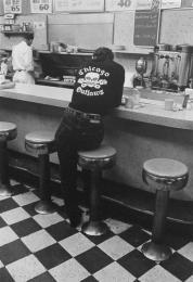 Un membro della banda di Chicago Outlaws in un ristorante