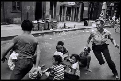 Un ufficiale di polizia di New York gioca con i bambini a Harlem, 1978