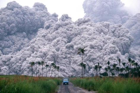 Un camioncino fugge dai flussi piroclastici dall'eruzione del Monte Pinatubo nelle Filippine, 1991