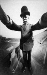 Selfie dal 1910; Joseph Byron si fotografa nello studio di un amico