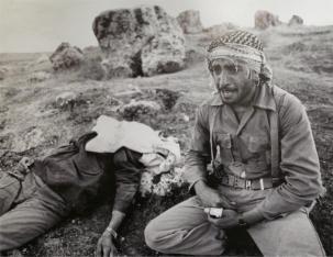 Un soldato piange sul corpo del fratello ucciso dai pesanti bombardamenti da parte delle forze irachene, Guerra Iran-Iraq