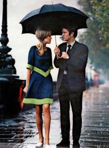 Una coppia elegante sotto la pioggia di Londra del 1963