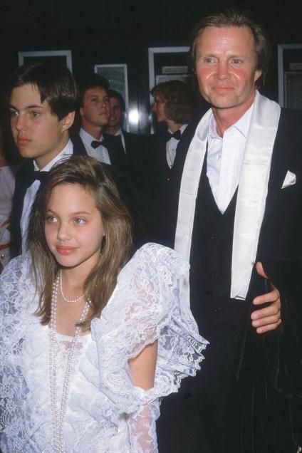Un giovane Angelina Jolie esce dagli Academy Awards con papà Jon Voight, 1986