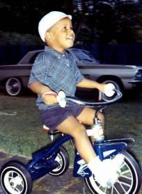 Barack Obama guida un triciclo 1965