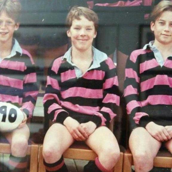 Un giovane Benedict Cumberbatch con la sua squadra di Rugby
