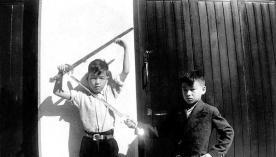 Un giovane Bruce Lee gioca col fratello Robert Lee a Hong Kong