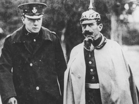 Un giovane Winston Churchill durante le manovre dell'esercito tedesco con il Kaiser Guglielmo II, 1909