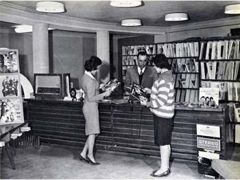 Alcune donne afgane in un negozio di dischi durante gli anni '50, prima della rivoluzione Talebana