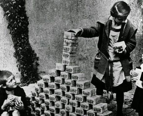 Alcuni bambini tedeschi giocano con le banconote durante l'iperinflazione della Repubblica di Weimar, nel 1922